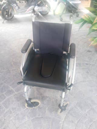 Silla de ruedas plegable con inodoro