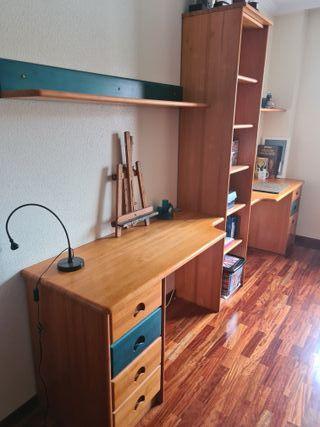 Escritorio dos mesas con estantería