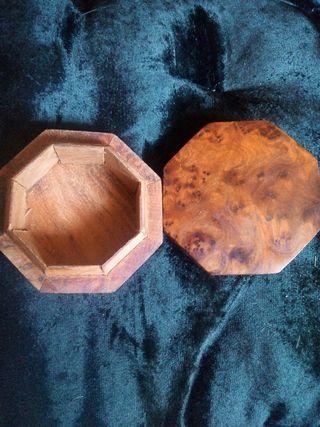 cajita de madera de raíz .