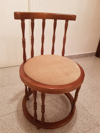 Silla de madera acolchada