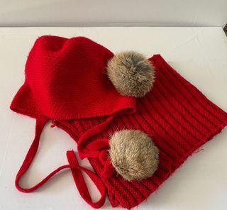 Capota y bufanda roja