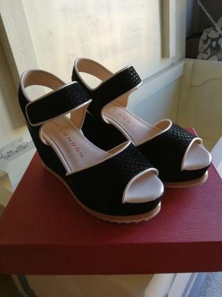 sandalia negra y blanca
