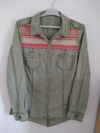 Camisa vaquera estilo vintage.