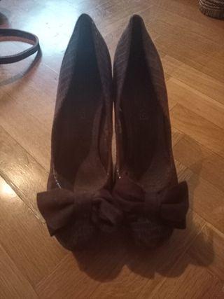 Zapatos tacón marrón con lazo