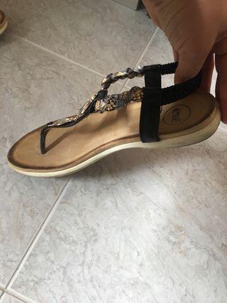 Sandalias negras con abalorios