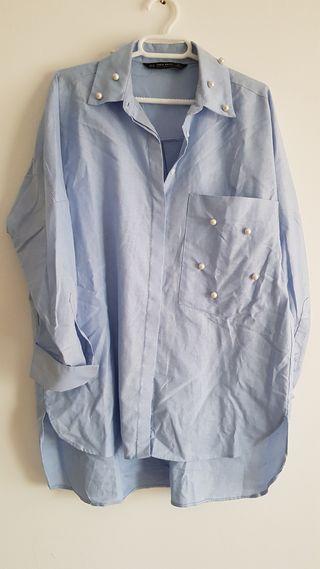 Camisa celeste con perlas de Mango Talla M