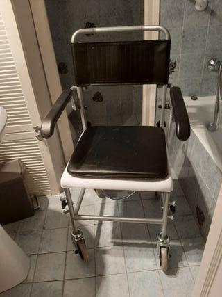 silla de ruedas con inodoro.