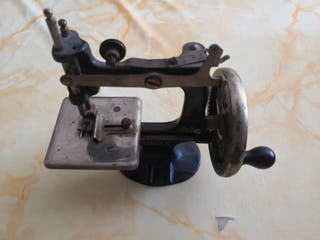 Mini máquina de coser marca SINGER