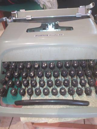 Máquina de escribir Olivetti Studio 44.