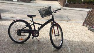 bicicleta de color rosa con cesta