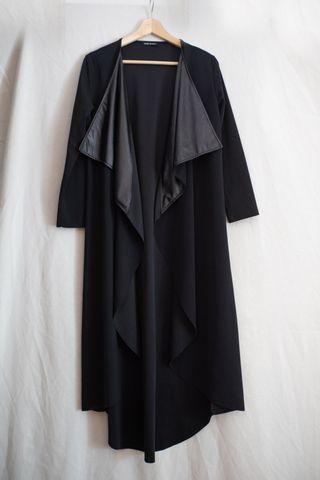 Chaqueta negra extra larga, detalle en falso cuero