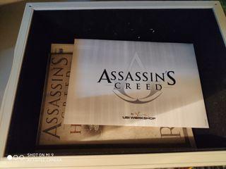 Se vende Caja con accesorios Assasins Creed