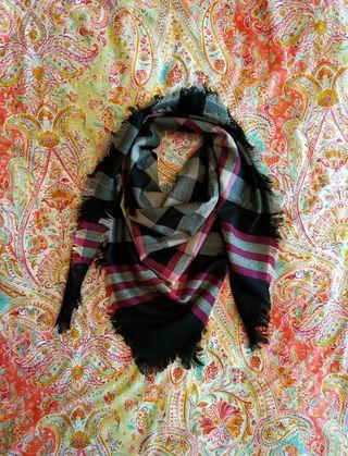 Pañuelo cuello negro y rosa fucsia de Gloria Ortiz