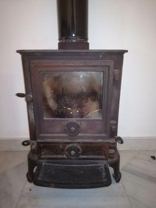 Estufa de leña antigua de hierro fundido