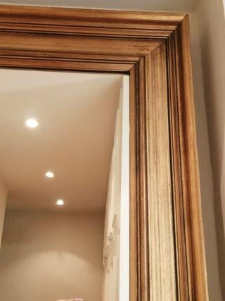 Gran espejo con marco dorado