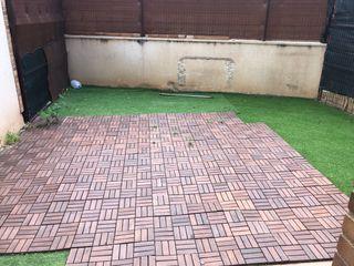 Jardín , césped artificial y suelo de madera.