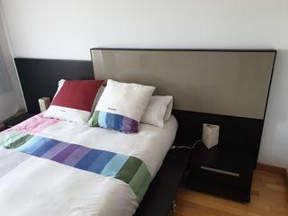 Cama, cabecero y mesas de noche en color bengué