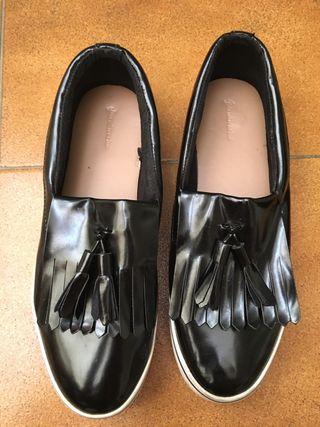 Zapatillas negras y suela blanca