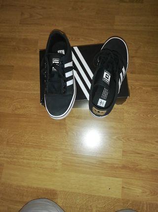 zapatillas Adidas negras y blancas