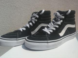 Zapatillas Vans altas. Color negro. Talla 37.