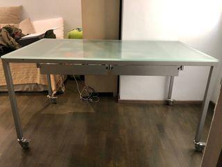 Mesa escritorio de cristal y silla