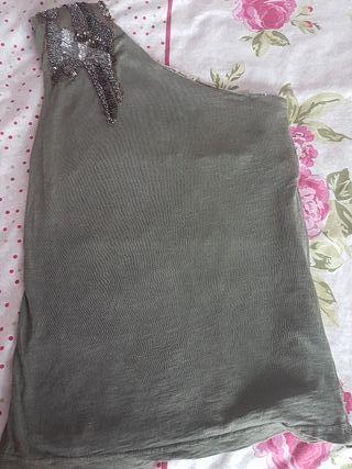 camiseta verde con abalorios en el hombro