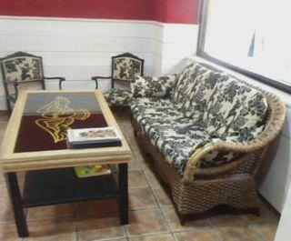 Sofa de mimbre y mesa de madera