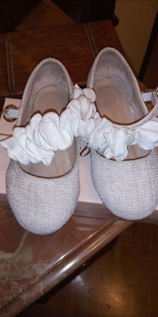 zapatos beigs con un hilo brillante
