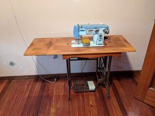 Antigua máquina de coser Maritza con mesa SIGMA
