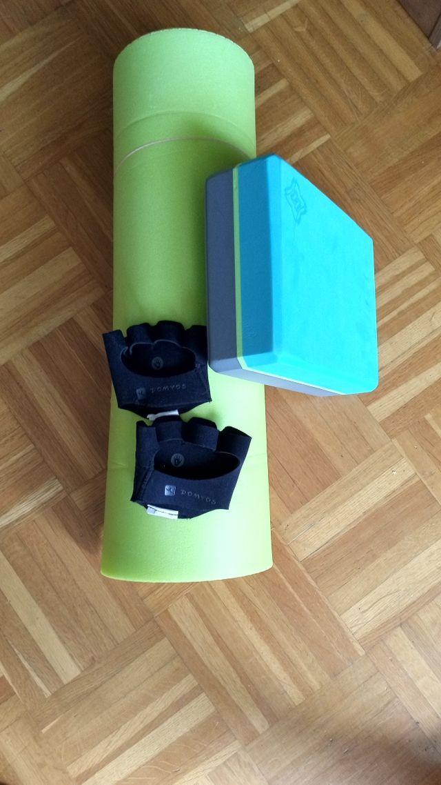 esterilla, guantes y bloque de yoga