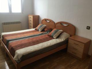 Dormitorio de 2 camas de 90cm con mesilla y cómoda