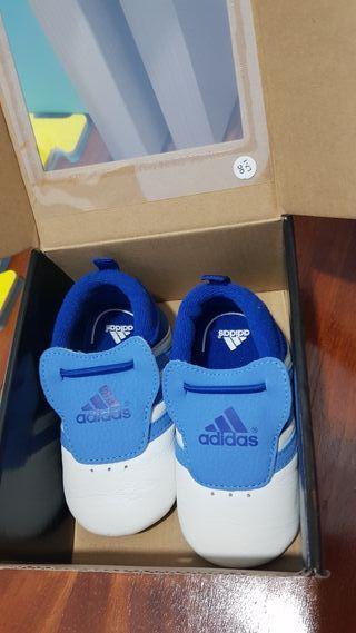 Zapatillas bebé Adidas. Talla 18.