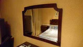 Espejo biselado enmarcado en madera de nogal
