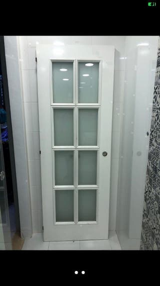 Puerta de madera color blanco y cristales
