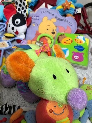Ropa de cama, intercomunicador, bolso y juguetes