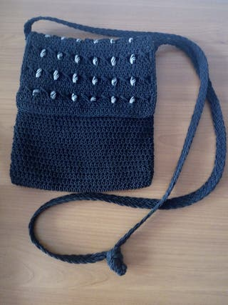 Bolso pequeño de macramé negro con abalorios.
