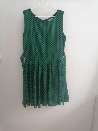 vestido verde con topos azul marino.