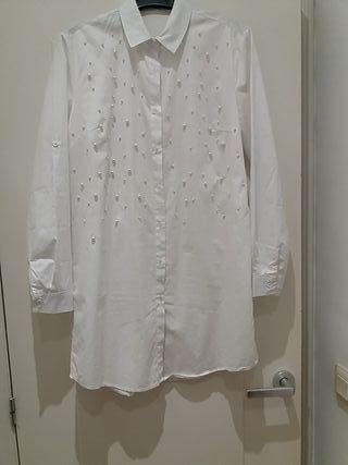 vestido camisa blanco con abalorios de perla blanc