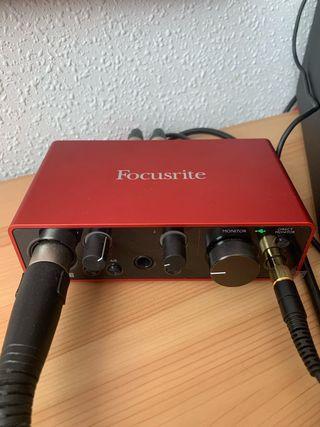 Tarjeta de sonido, micrófono, cascos y monitores