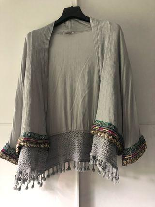 Chaqueta/quimono gris con abalorios