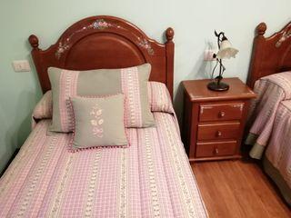 Dormitorio de camas gemelas de pino macizo