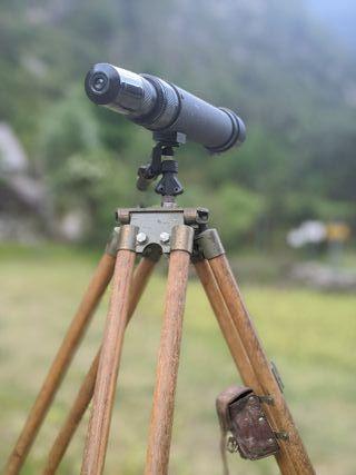 Telescopio antiguo con trípode