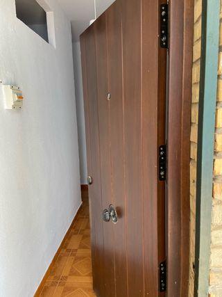 Puerta de madera con seguridad