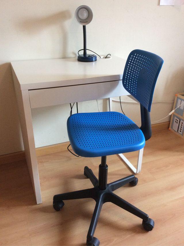 Mesa escritorio y silla niño ikea y flexo