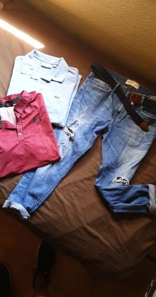 Set de dos polos de marca, pantalones y cinturón.