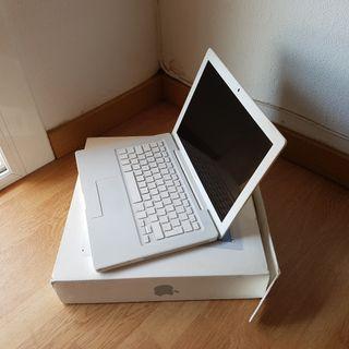 MacBook blanco en buen estado