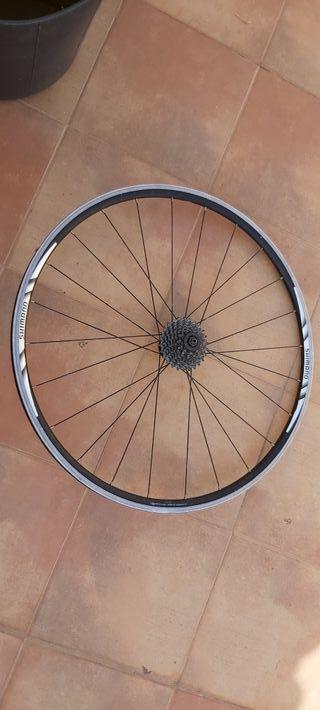 Rueda bicicleta carretera Shimano.