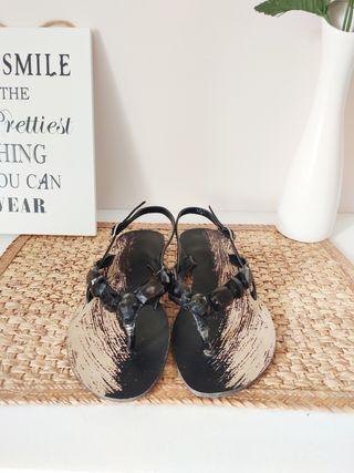 Sandalias negras con abalorios talla 37