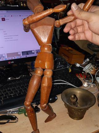 muñeco de madera articulado