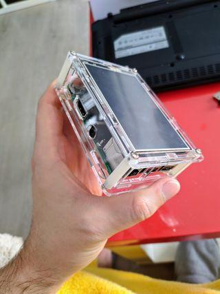 Raspberry Pi 3 Modelo B+ con carcasa y pantalla